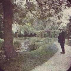 Claude Monet w ogrodzie - ok.1917